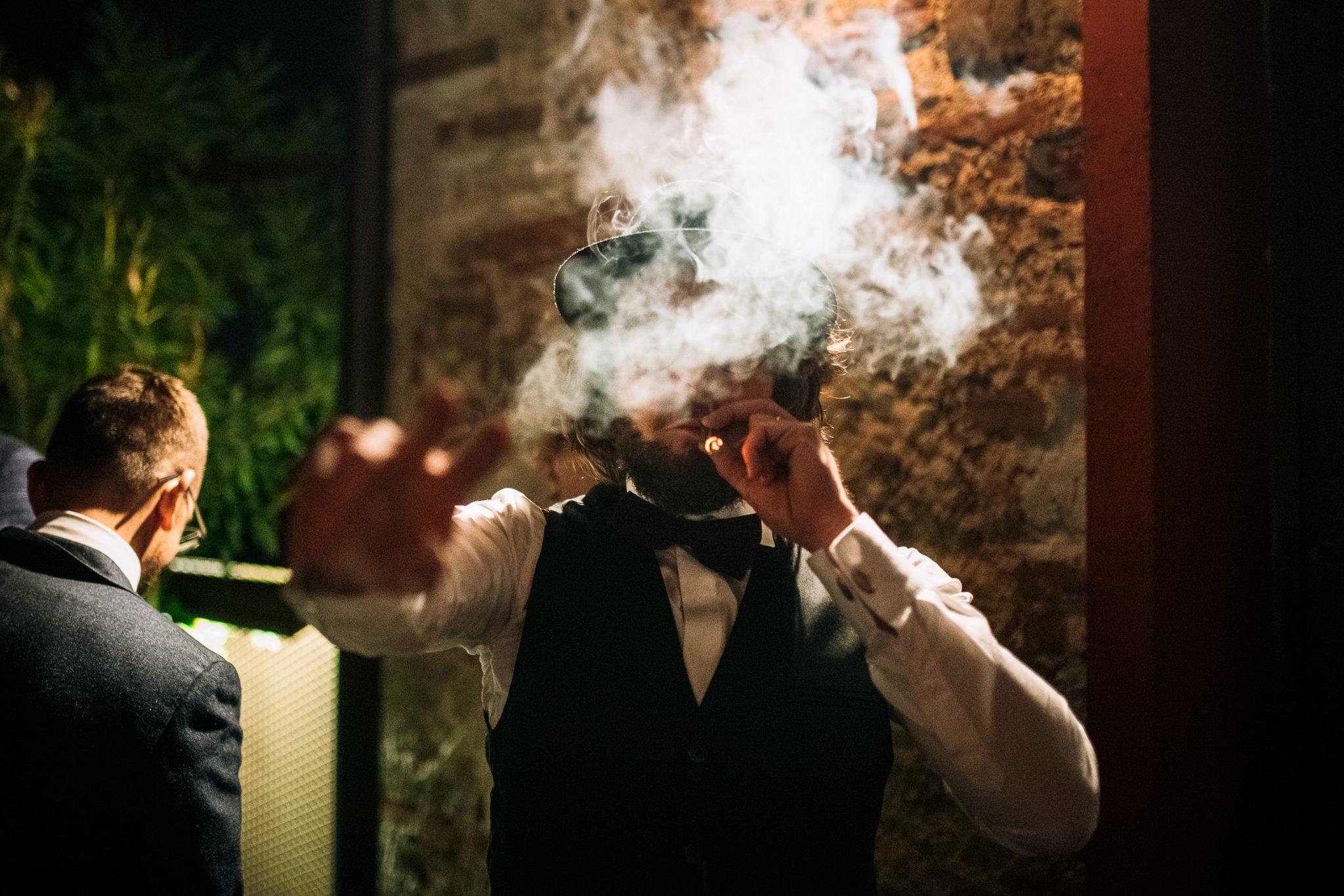 lo sposo coperto dal fumo della sigaretta