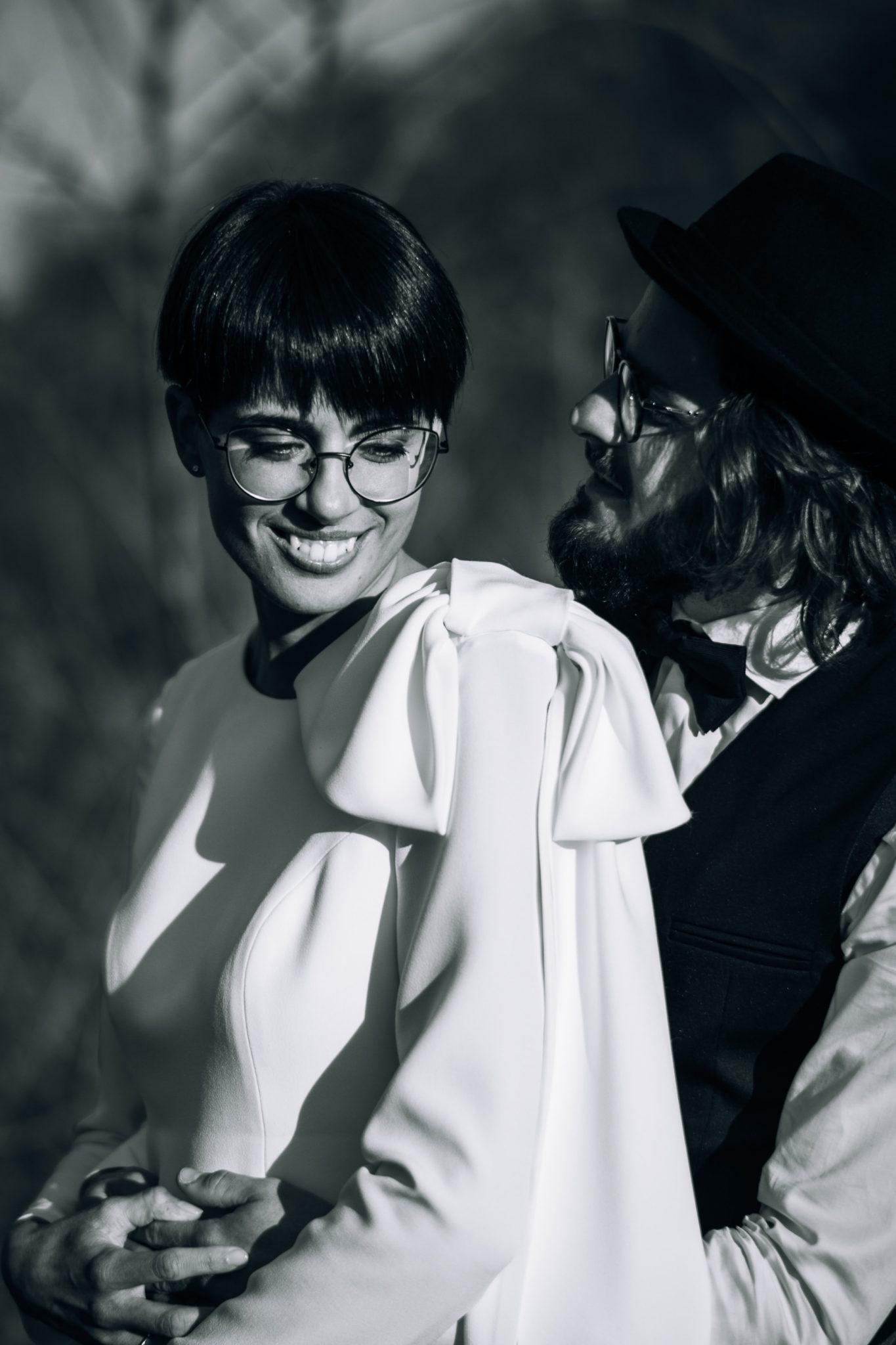 lo sposo abbraccia la sposa che ride