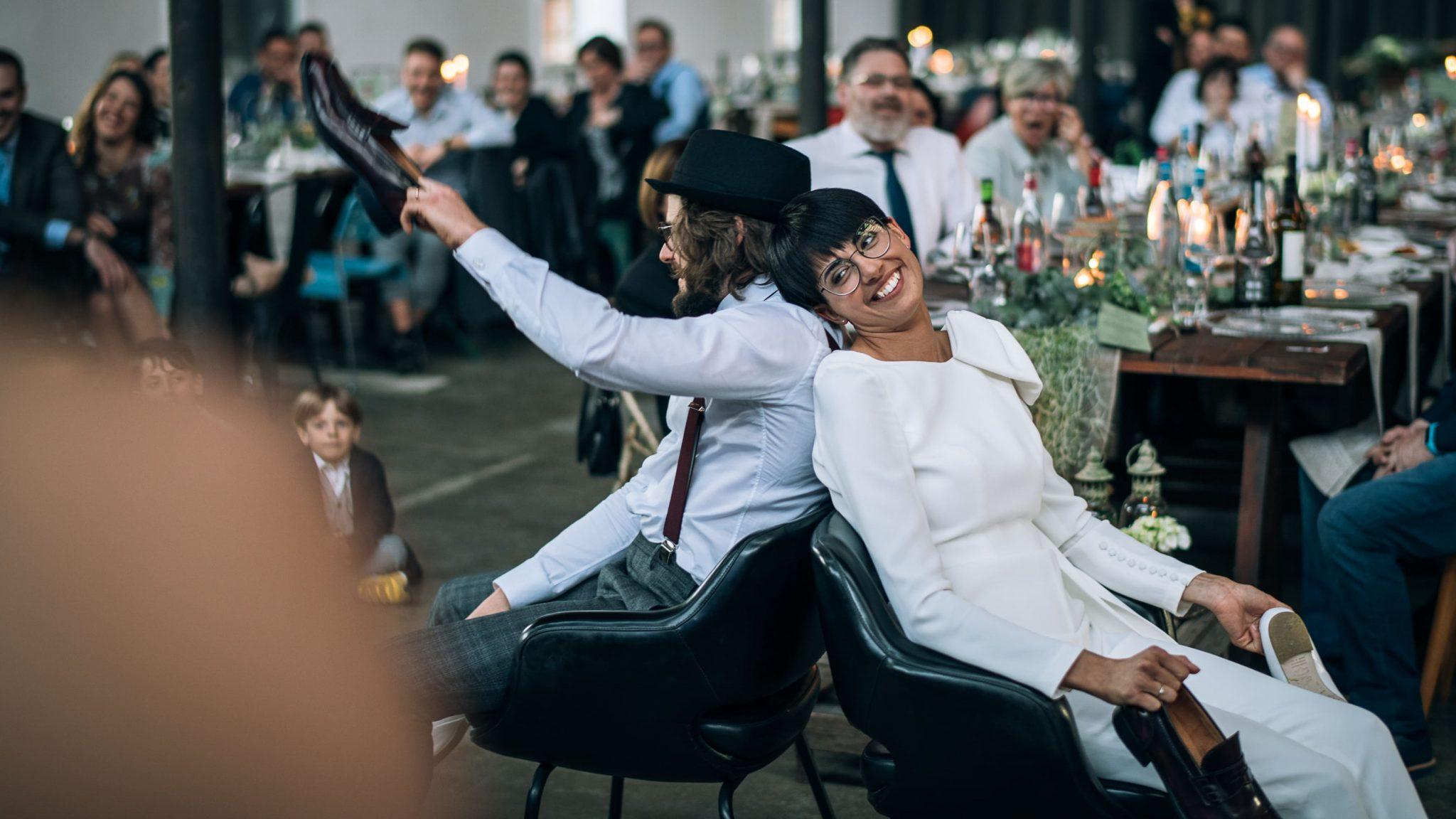 gli sposi ridono divertiti con gli invitati