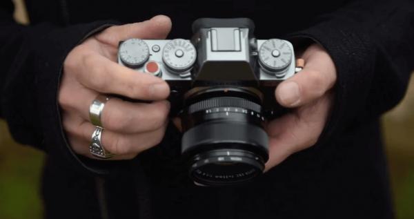 Roberto Adami con la macchinetta fotografica fujifilm