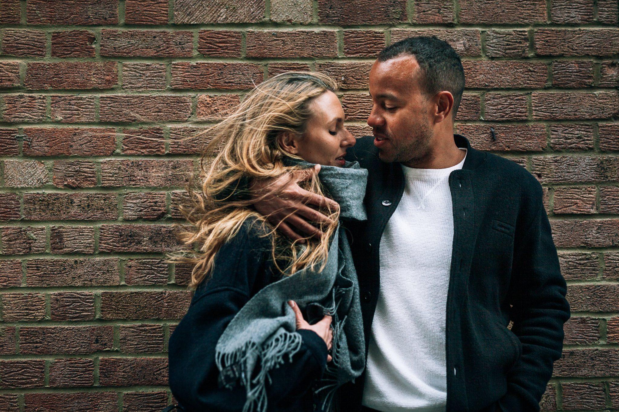 il fidanzato copre con un braccio la fidanzata dal freddo vento i londra