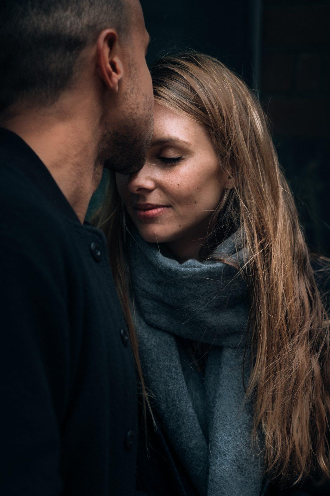 il fidanzato bacia in fronte la futura sposa