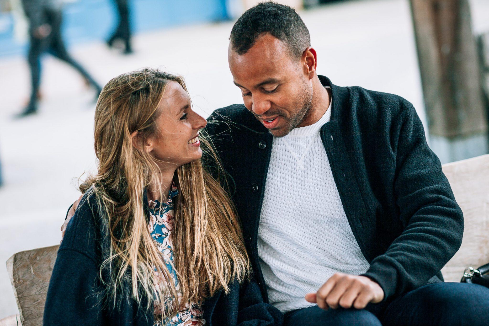 una coppia di fidanzati mentre parlano seduti su una panchina