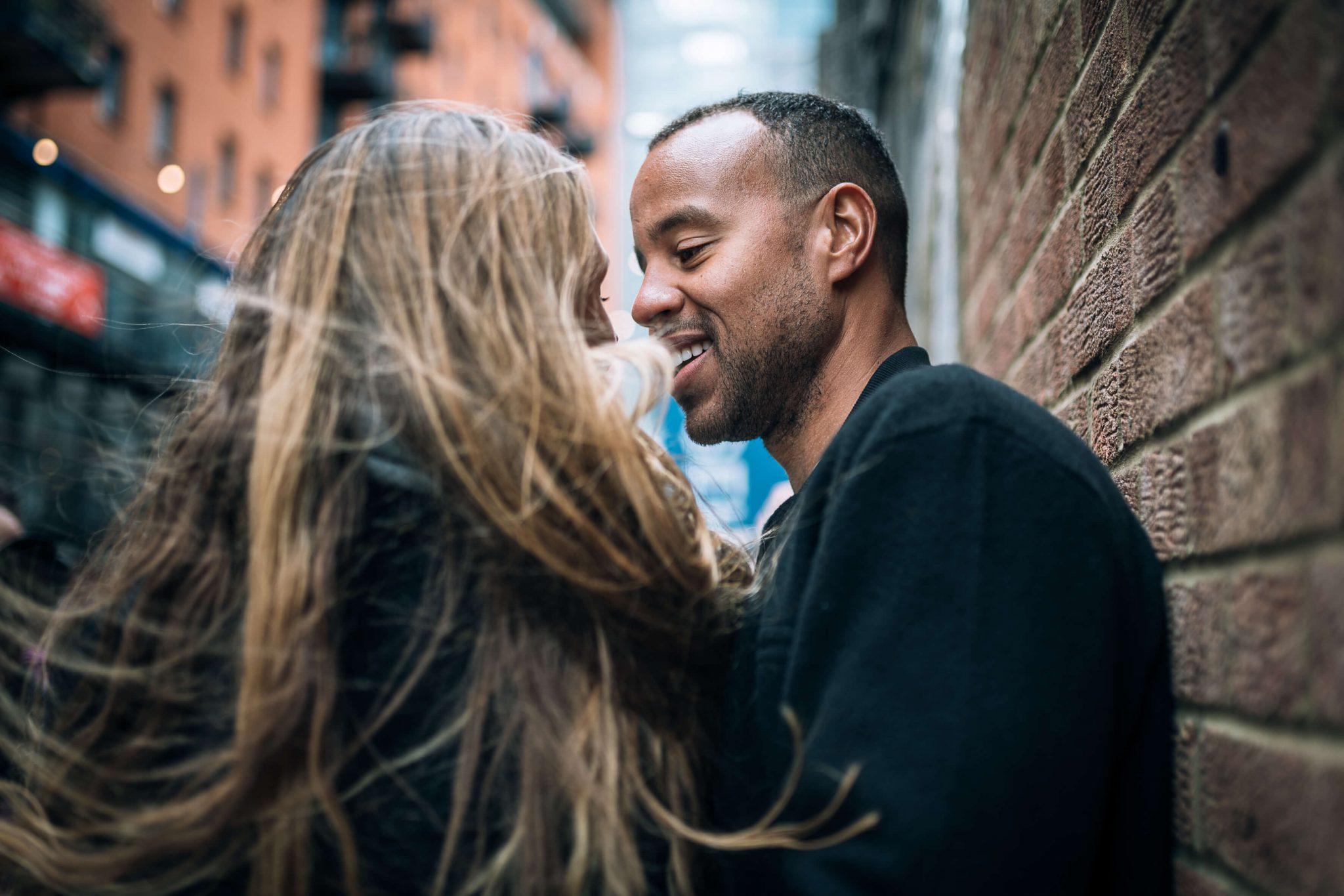 due fidanzati si guardano in un vicolo della città di londra