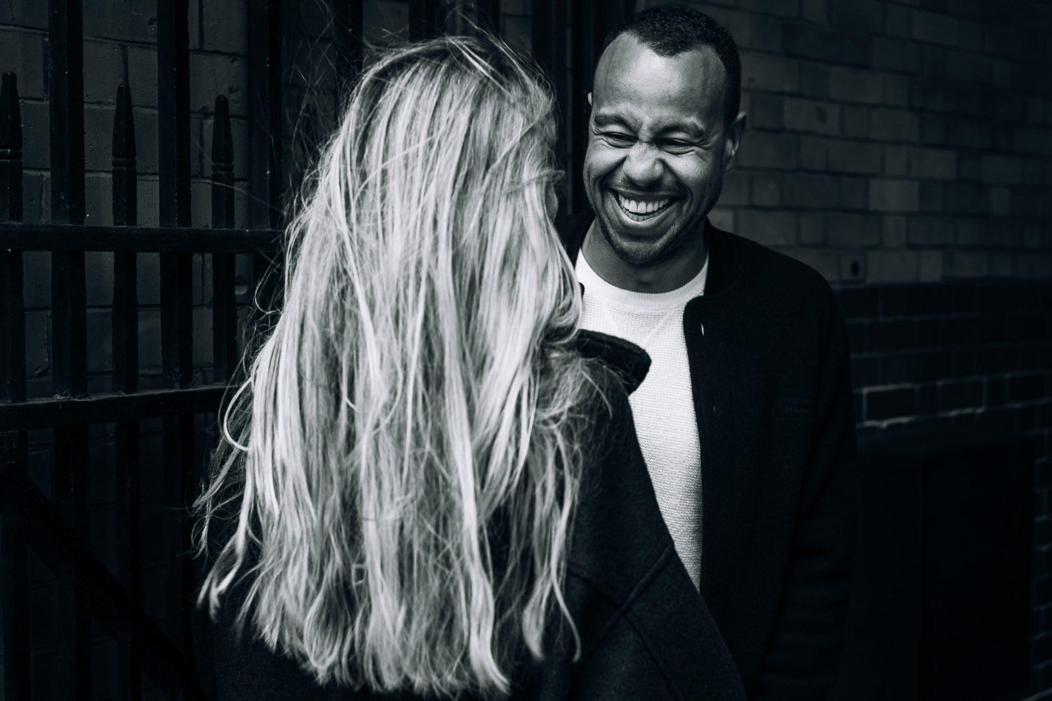 l'uomo guarda ridendo la fidanzata