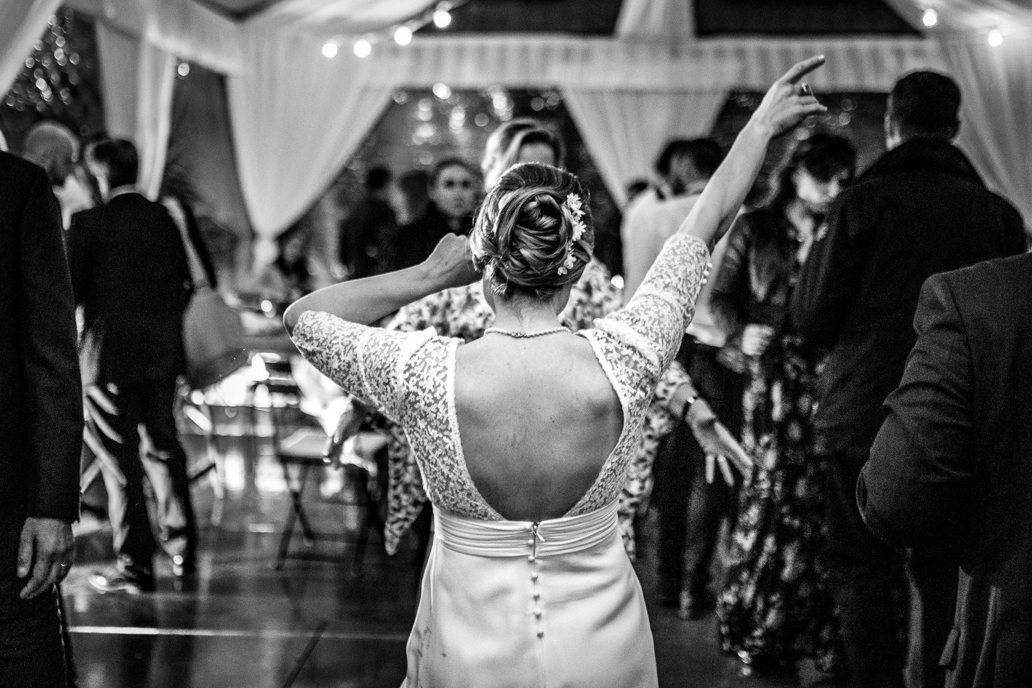 la sposa mentre balla al ricevimento