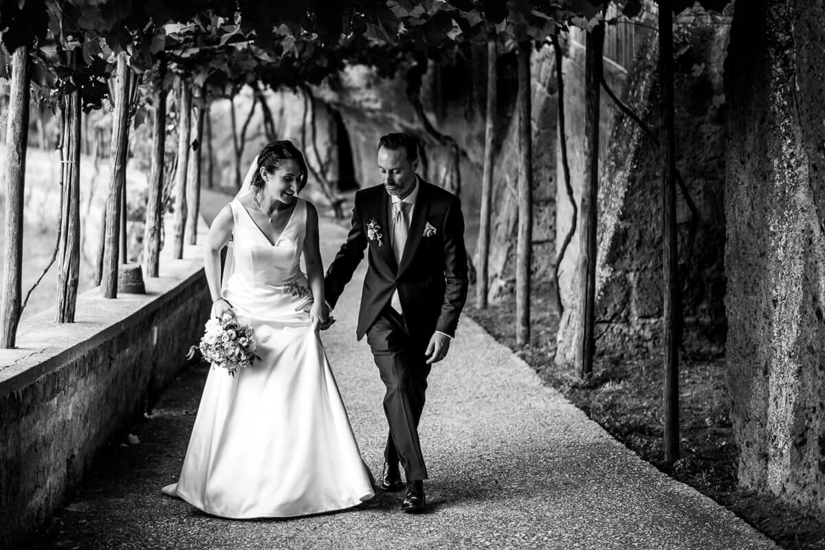 i due sposi passeggiano in abito nuziale