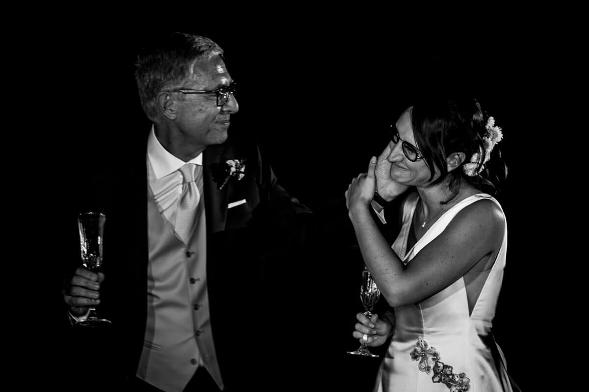 padre accarezza la sposa durante il matrimonio