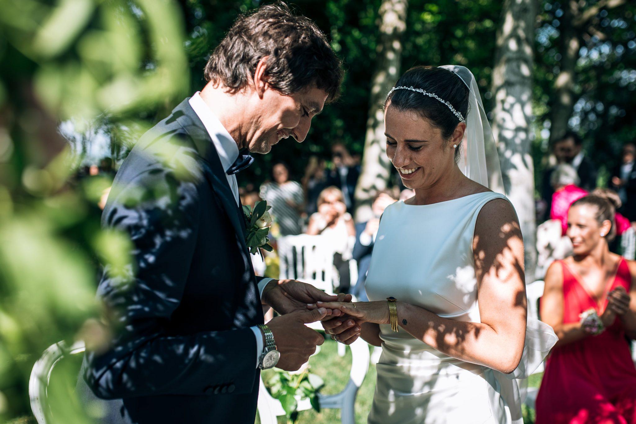 sposo mette l'anello al dito della sposa