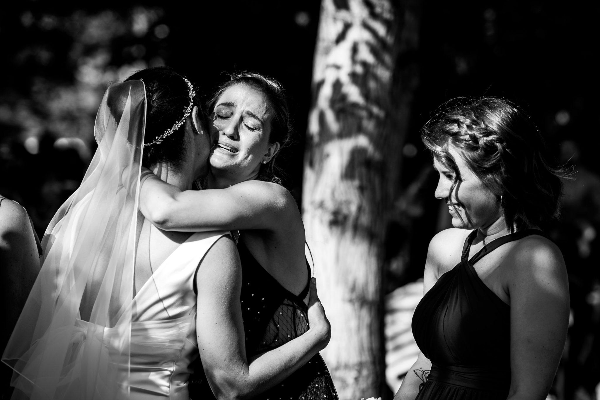 abbraccio tra sposa e invitata