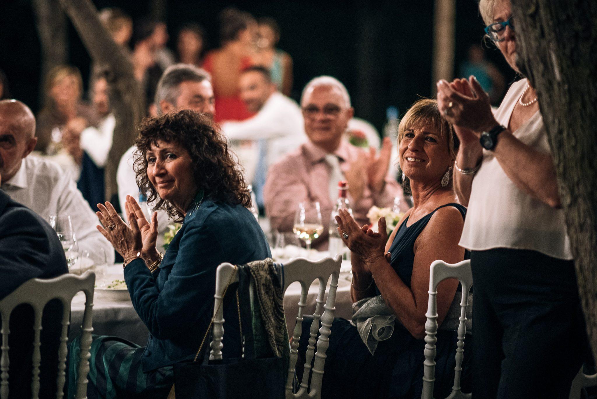gli invitati applaudono alla cena del matrimonio