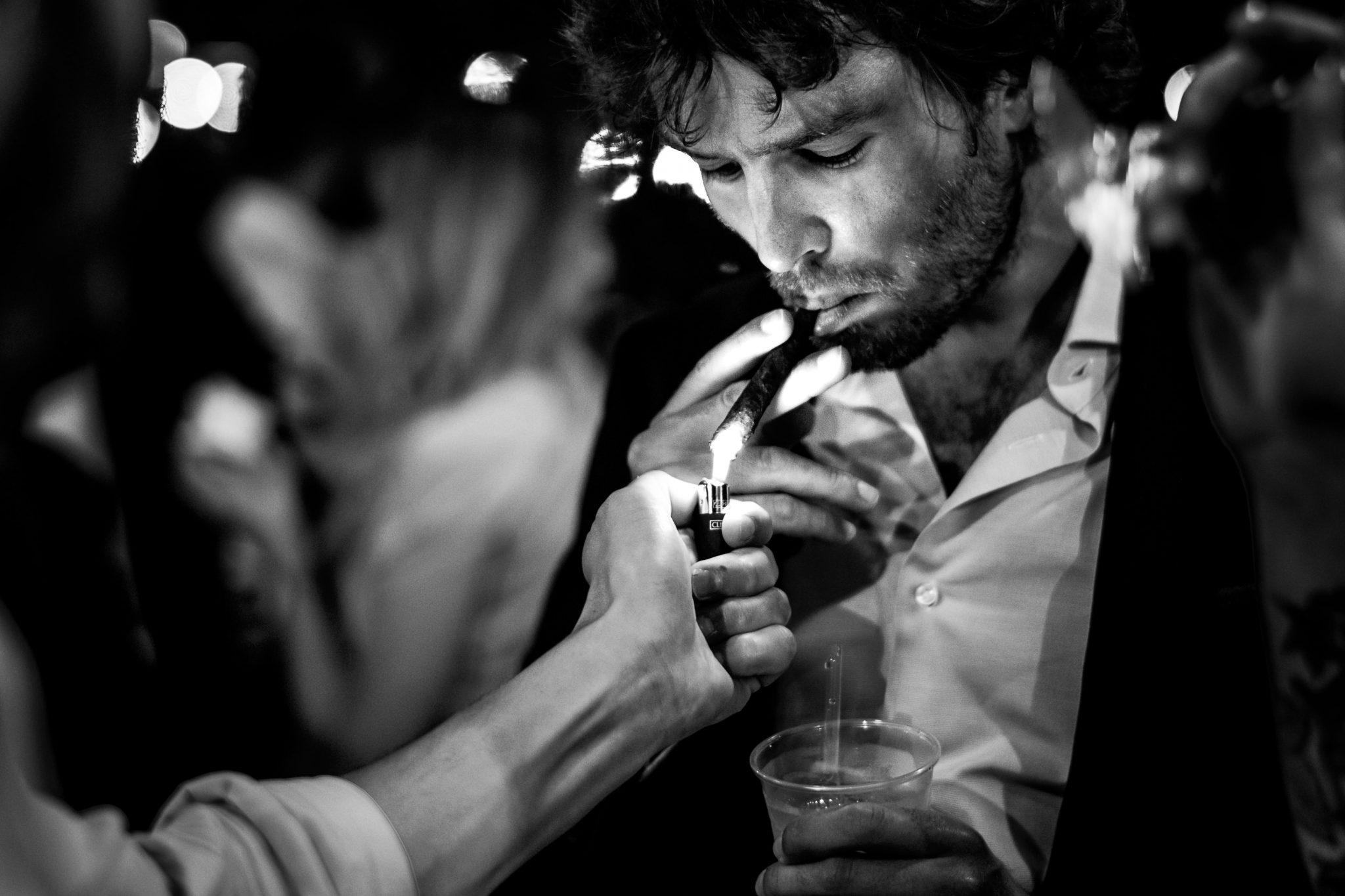 invitato fuma un sigaro al matrimonio