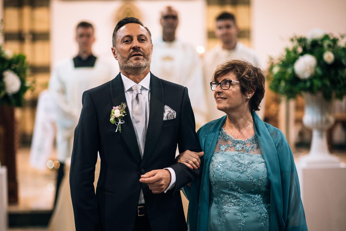 lo sposo a braccetto con sua madre aspetta la sposa