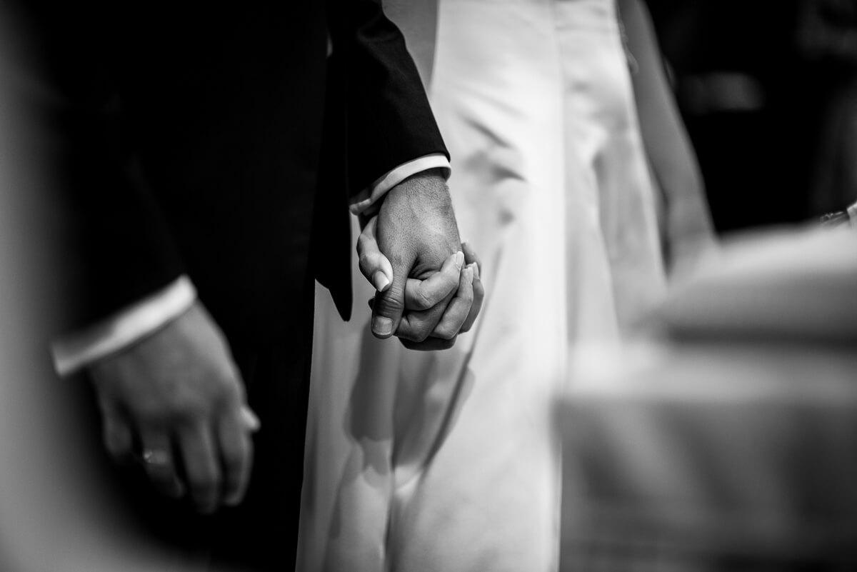 i due sposi si stringono la mano