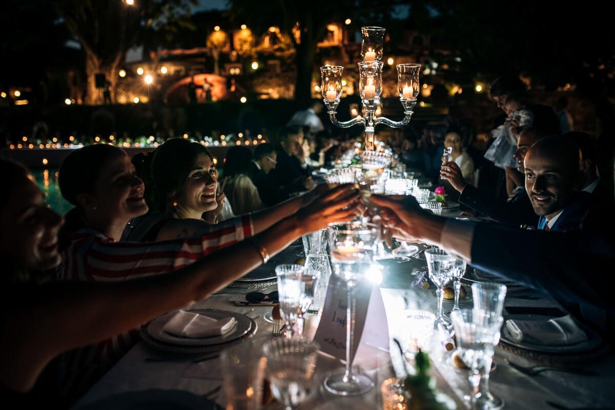 invitati fanno un brindisi al matrimonio