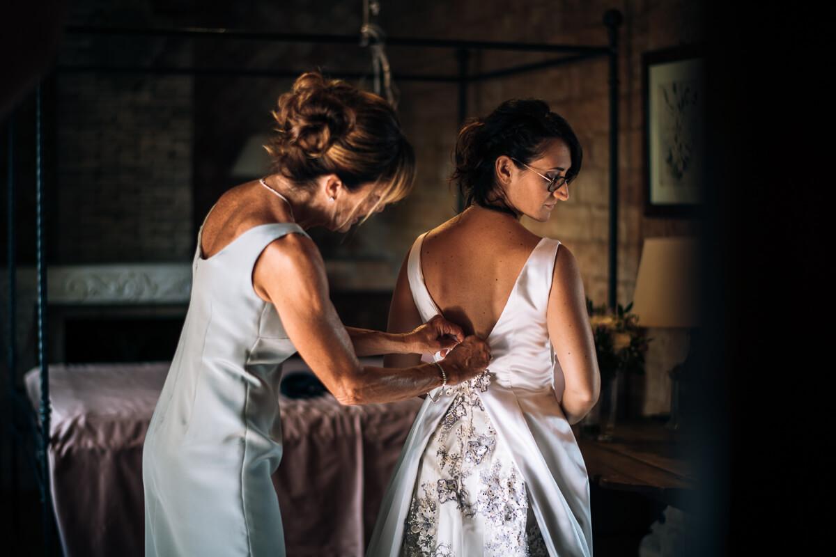 la sposa viene vestita prima delle nozze