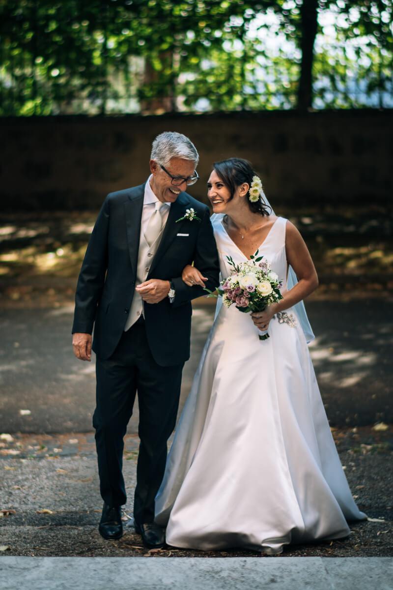 padre e sposa a braccetto