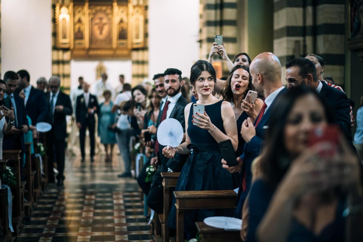 sposo e invitati attendono la sposa