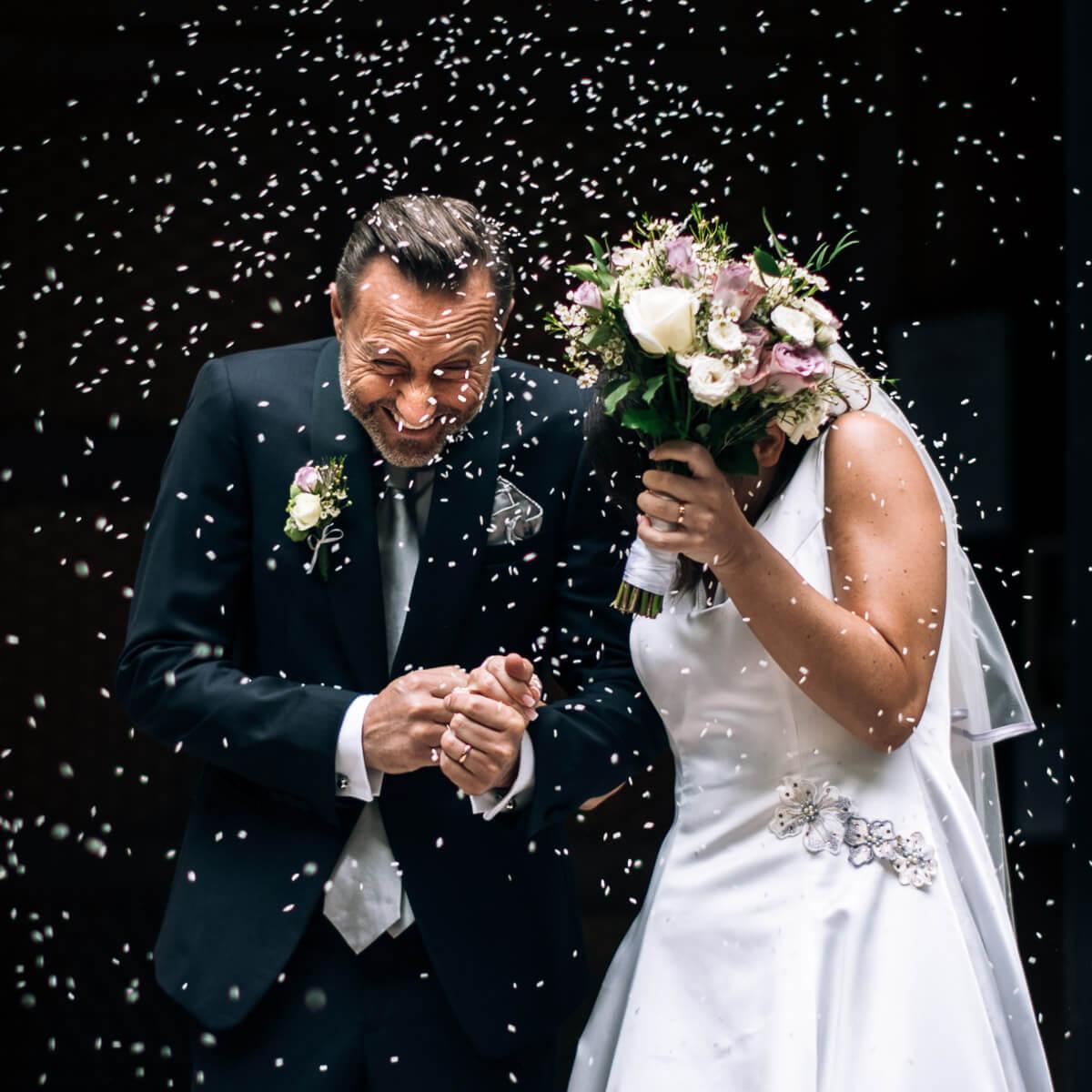 invitati lanciano il riso agli sposi