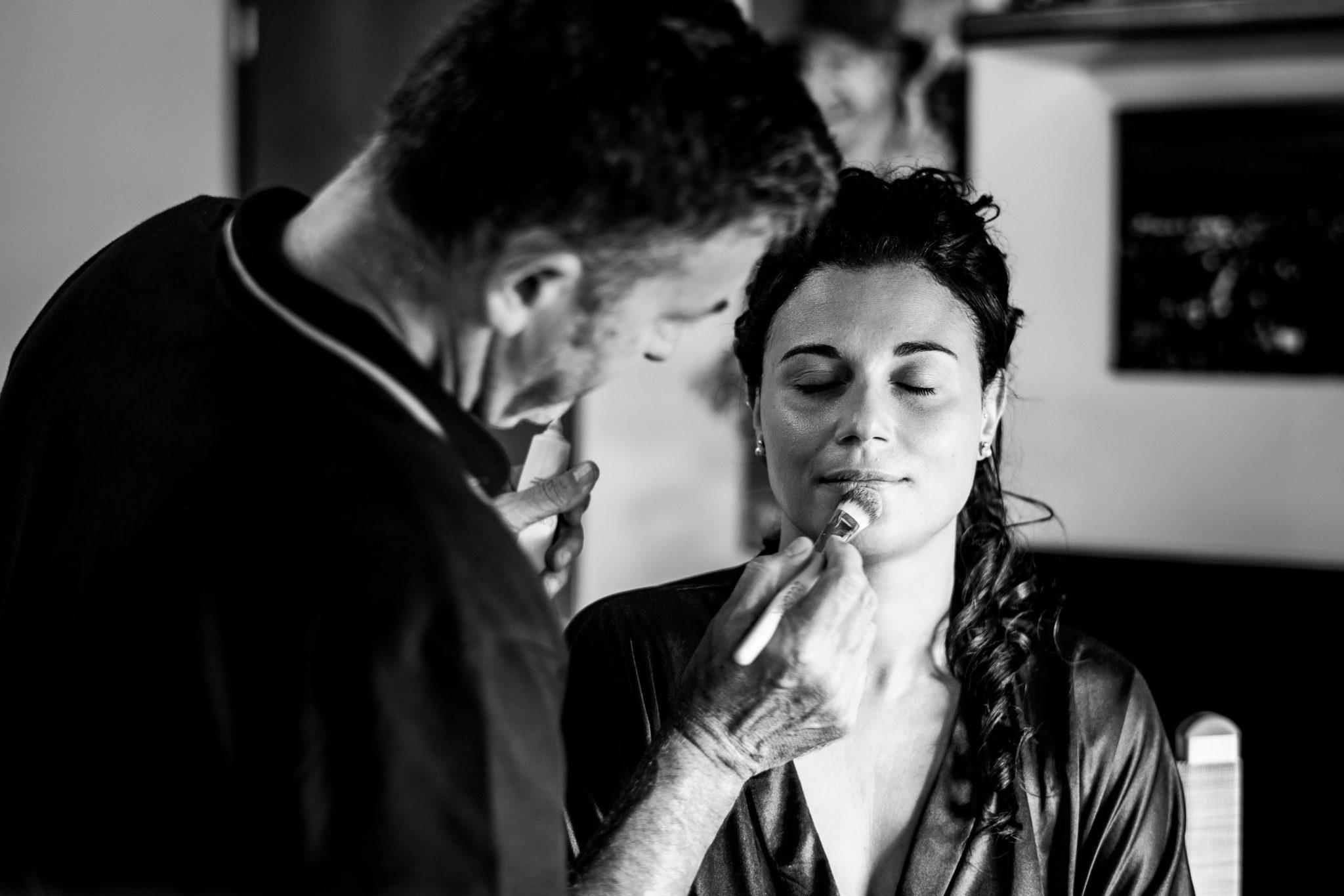 la sposa mentre è alla seduta di make up in preparazione al matrimonio