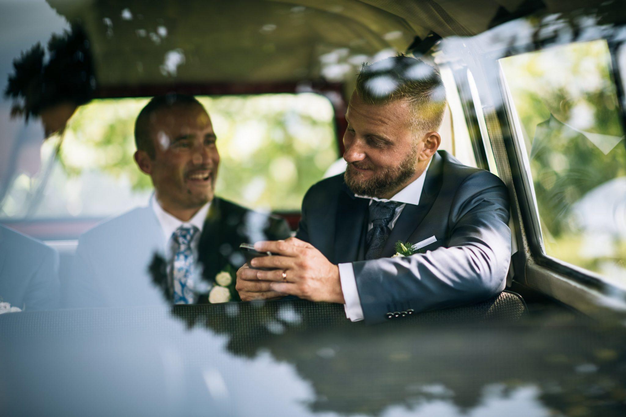 lo sposo si scatta un selfie nel furgoncino insieme all'amico