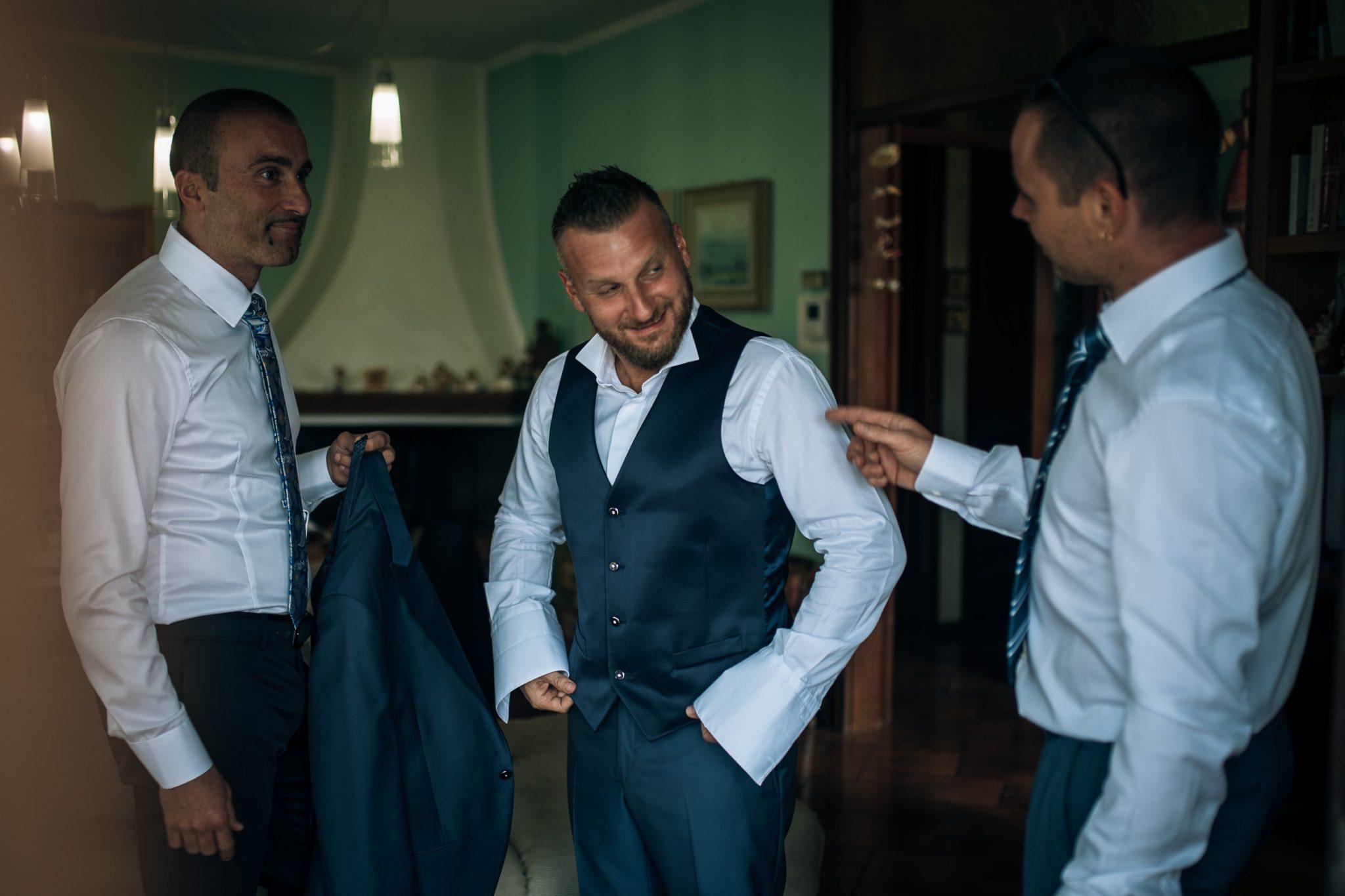 lo sposo insieme ai testimoni di nozze mentre si preparano per il matrimonio