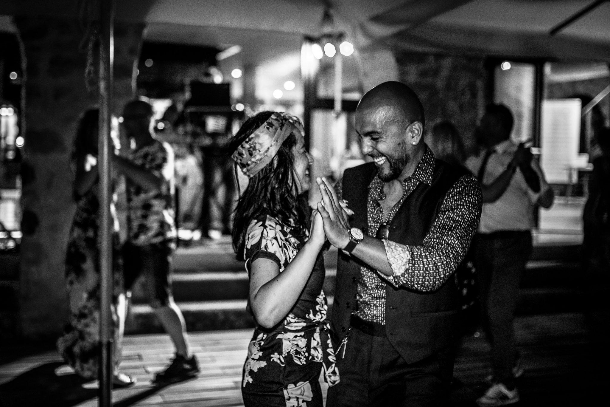 due invitati al matrimonio mentre ballano al ricevimento