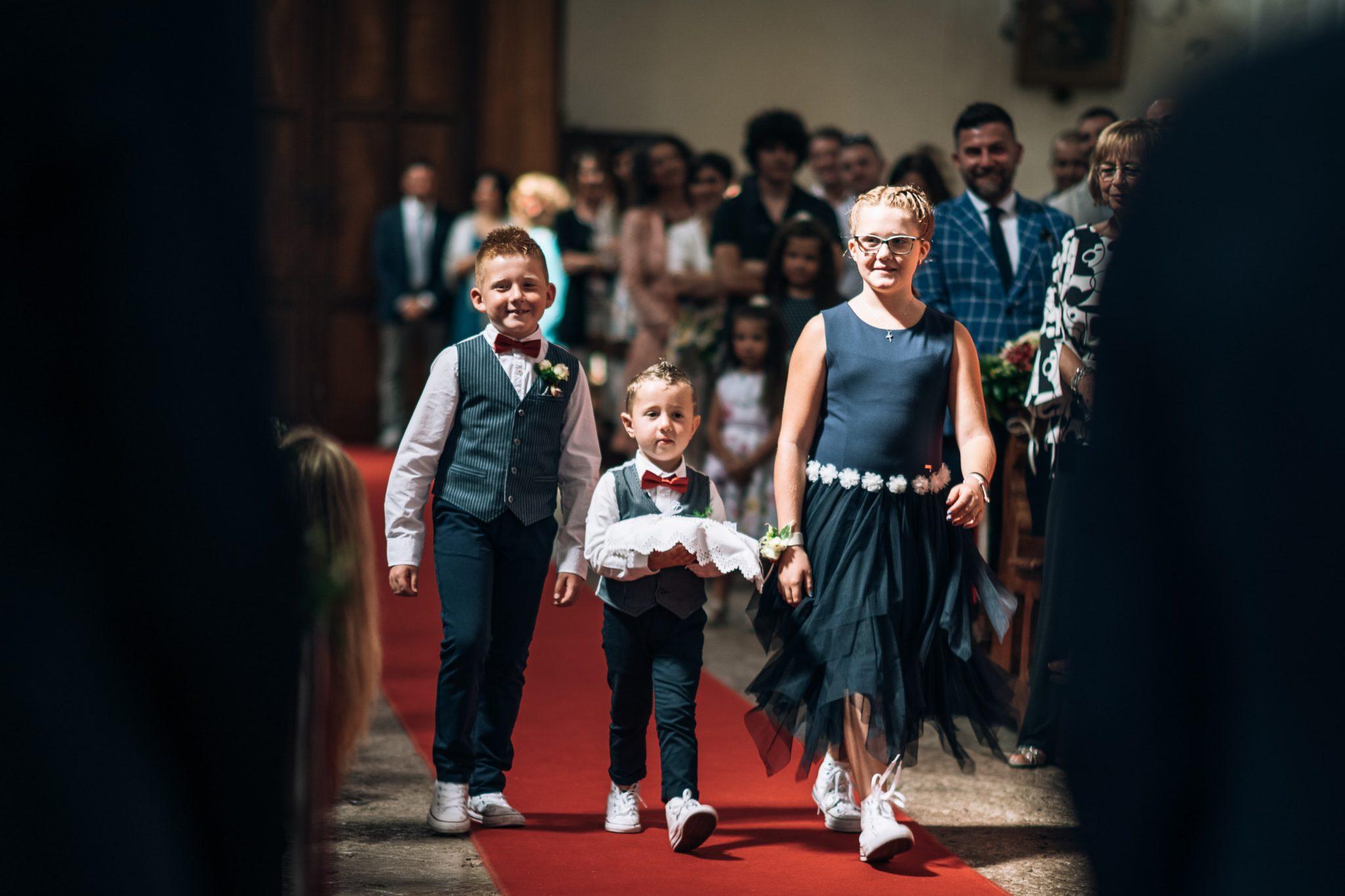 i bambini mentre vanno verso l'altare durante la cerimonia in chiesa