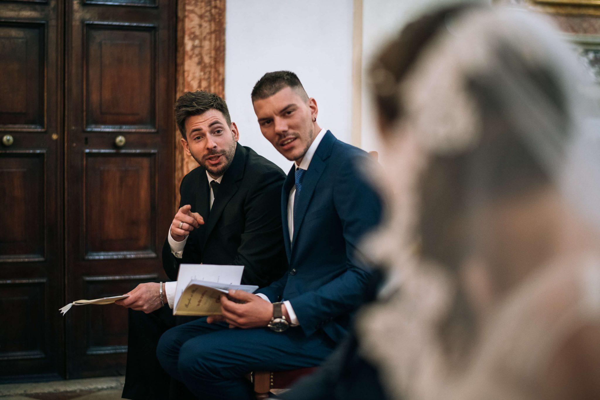 i testimoni mentre parlano con la sposa all'altare durante la cerimonia