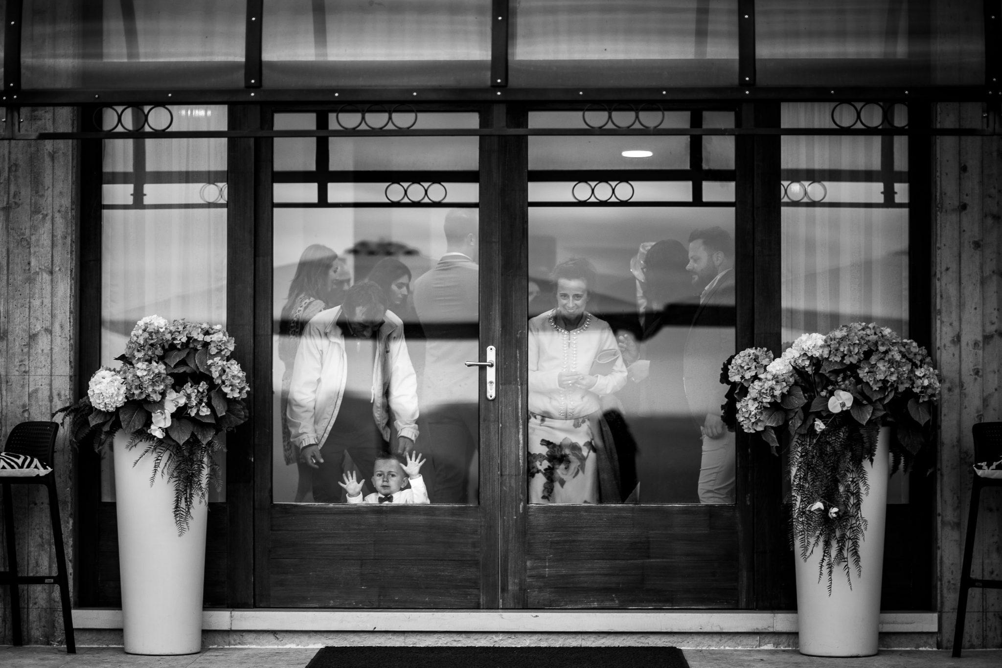 gli invitati dentro al ristornate del ricevimento del matrimonio