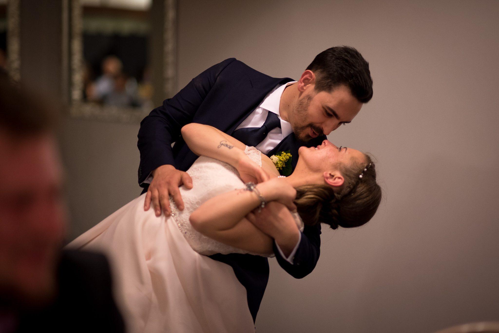 gli sposi si scambiano sguardi mentre ballano al ricevimento del matrimonio