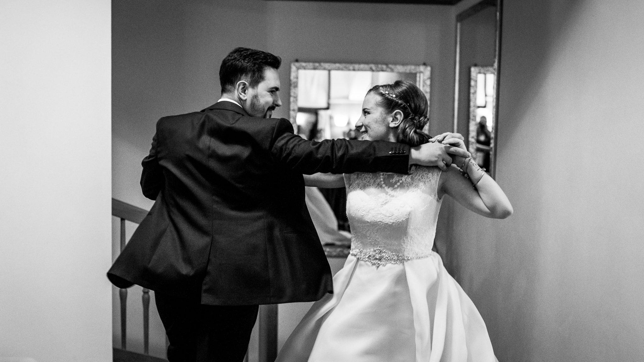 gli sposi ballano divertiti al ricevimento del matrimonio