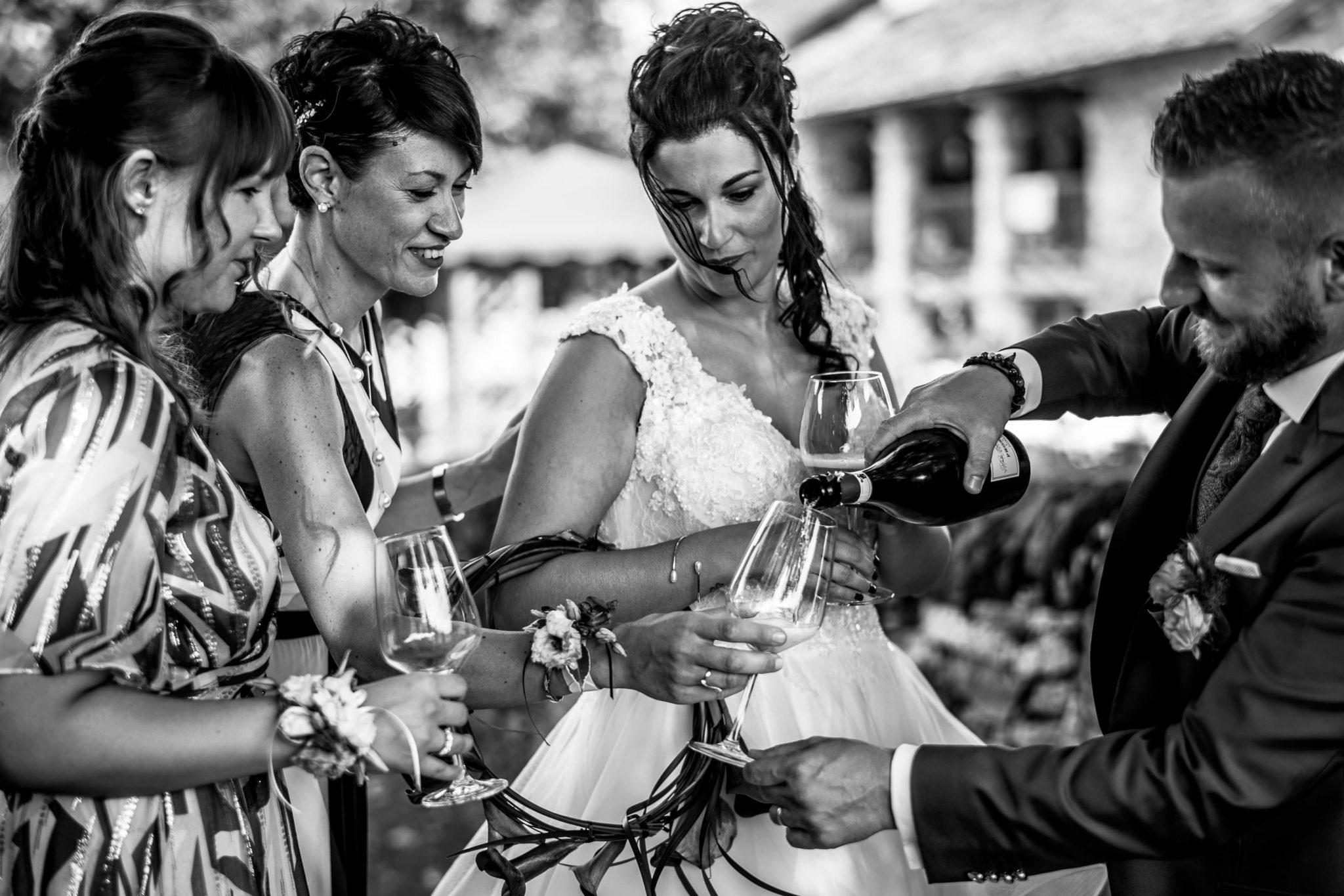 lo sposo versa del vino alle amiche della sposa