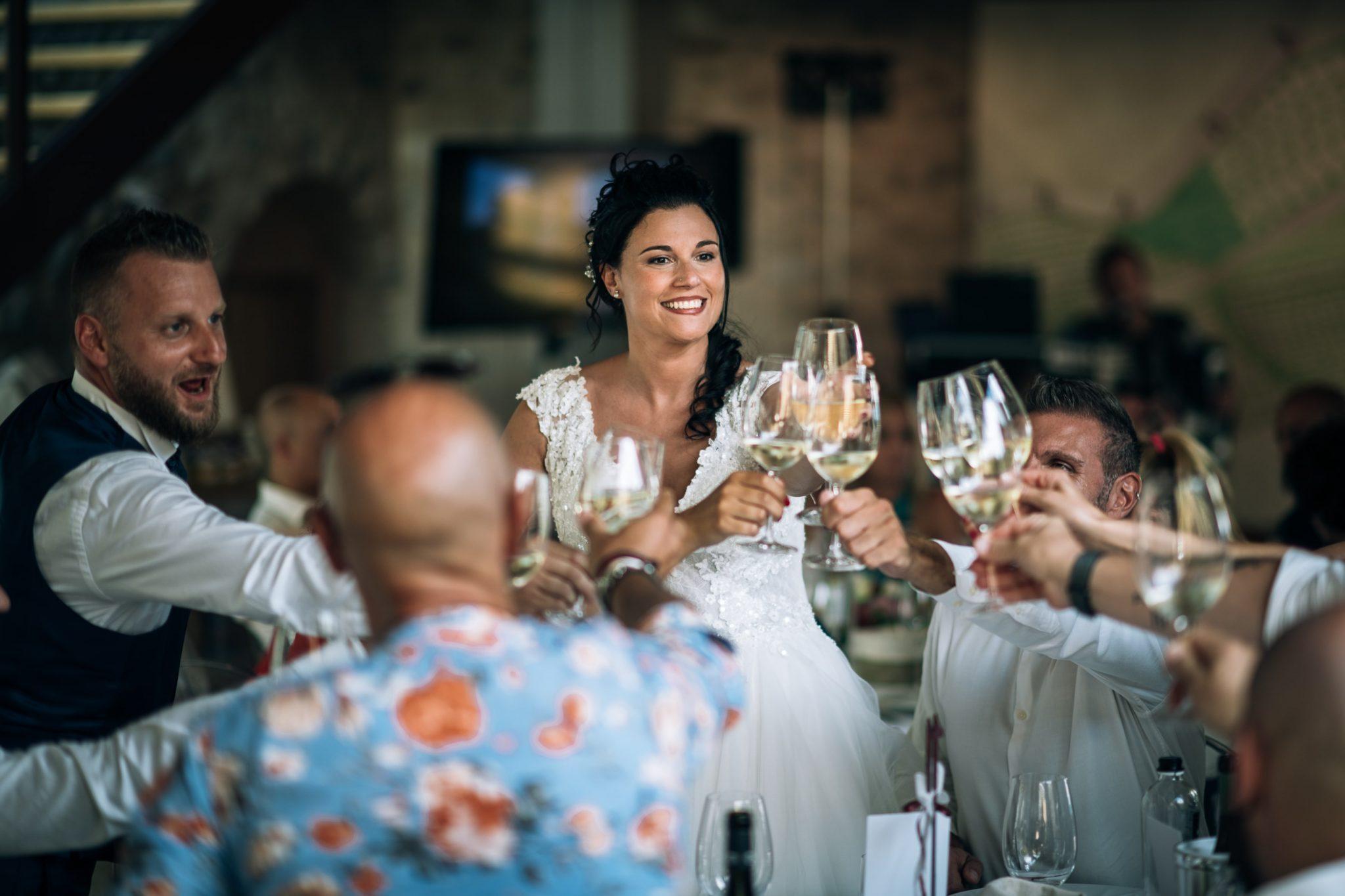 gli sposi mentre brindano insieme agli invitati