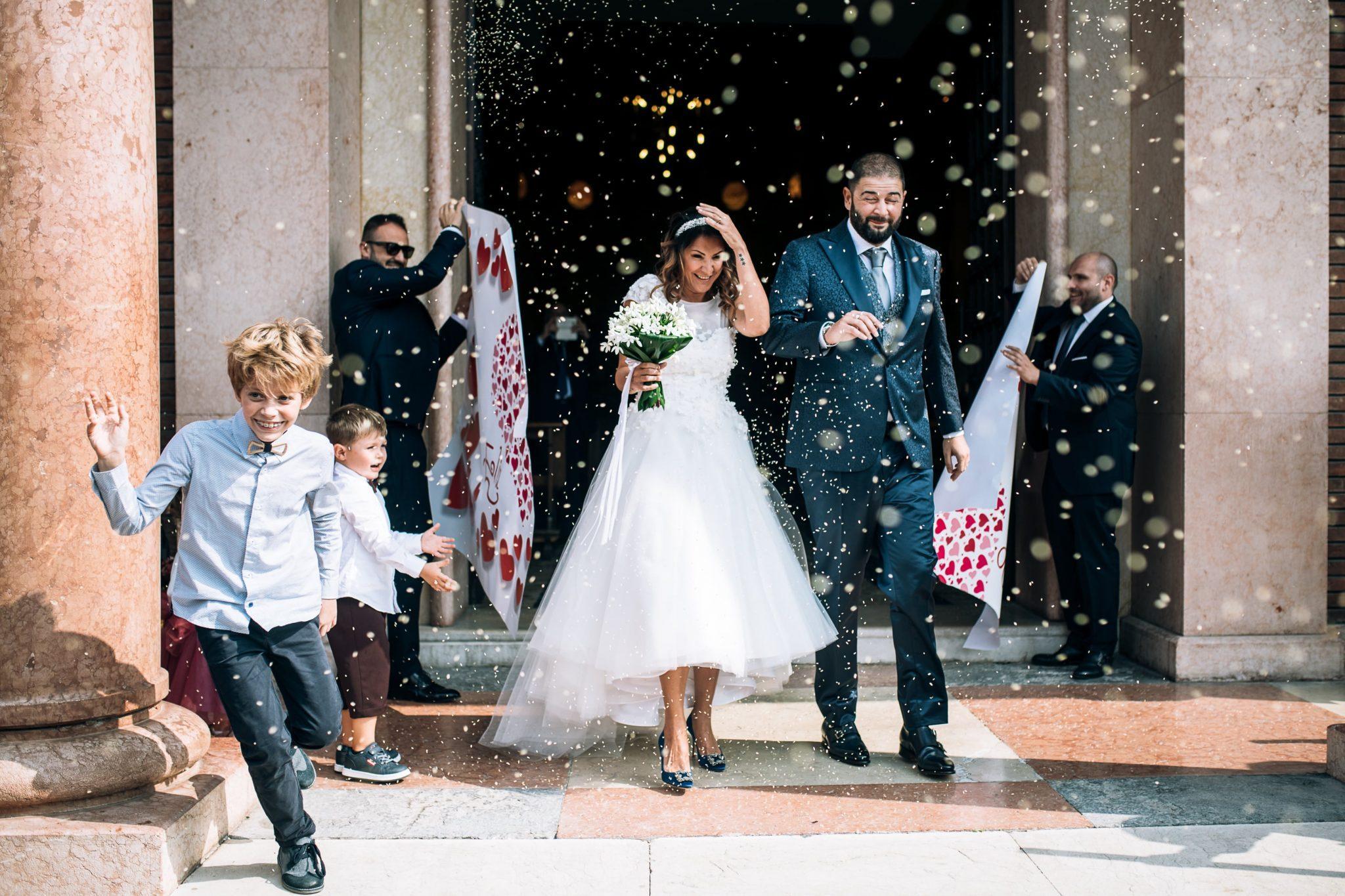 gli sposi all'uscita della chiesa con il lancio del riso