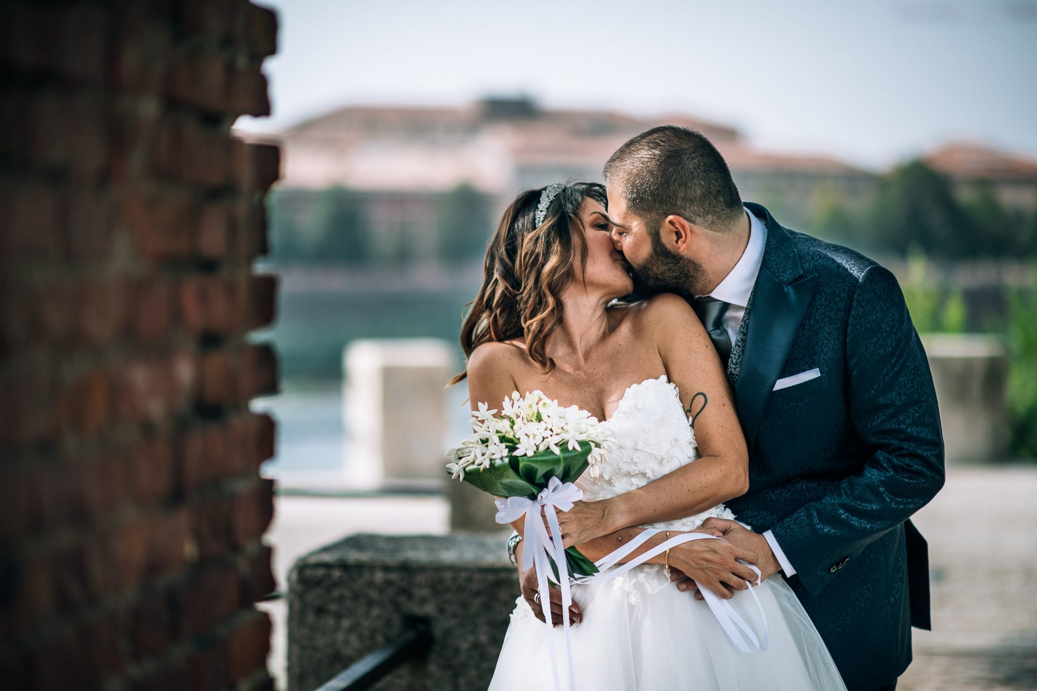 gli sposi mentre si scambiano un bacio