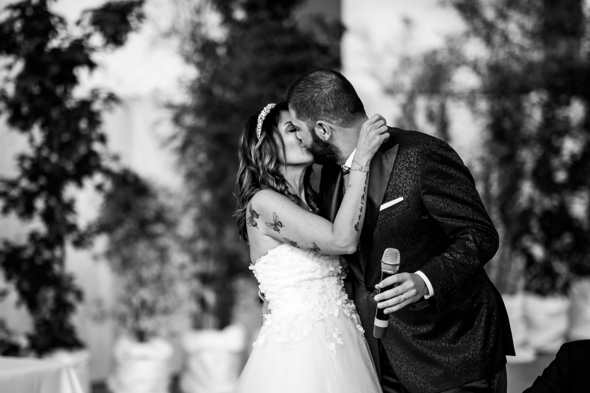 gli sposi si scambiano un bacio al ricevimento