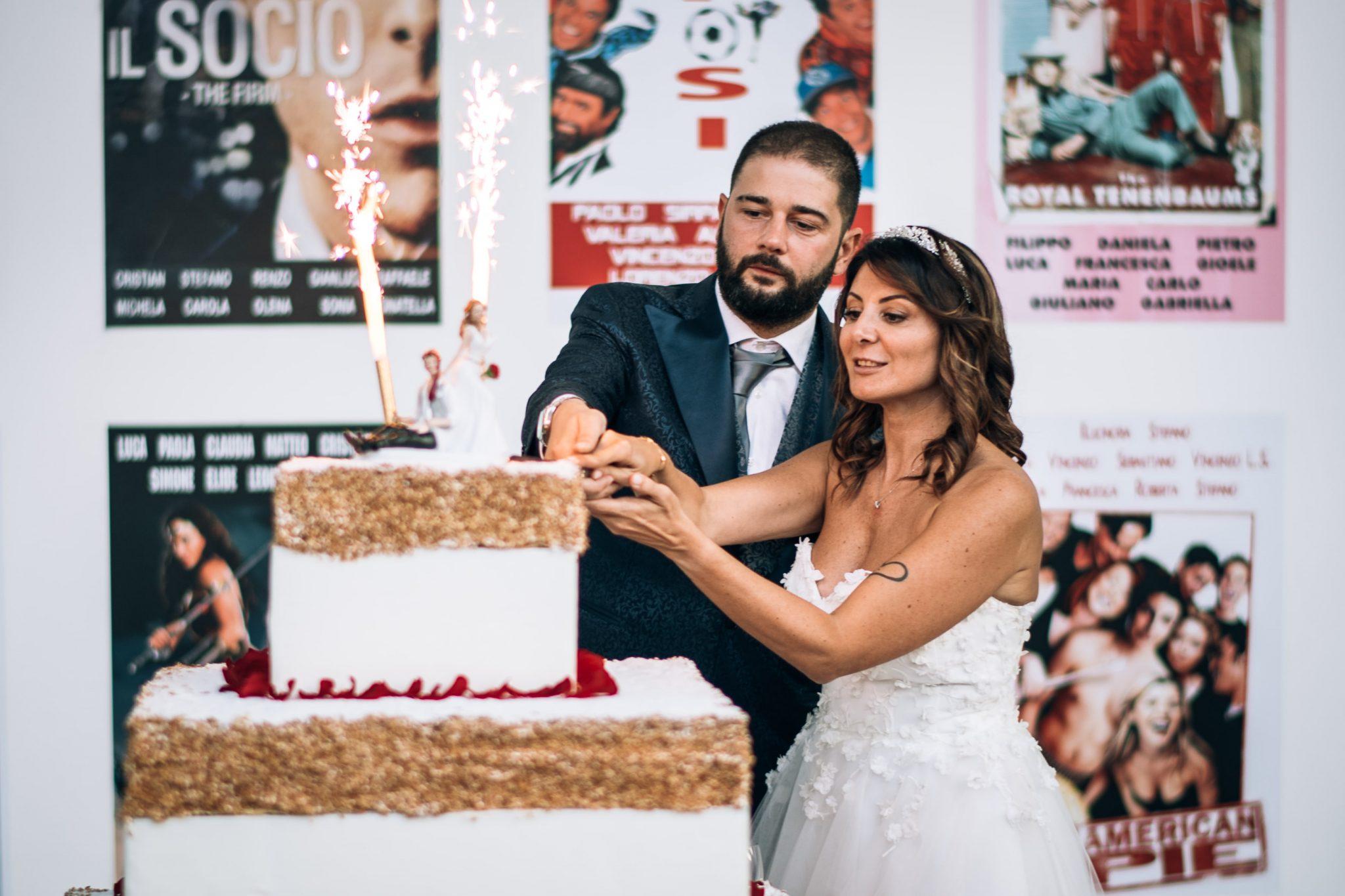 gli sposi al momento del taglio della torta nuziale