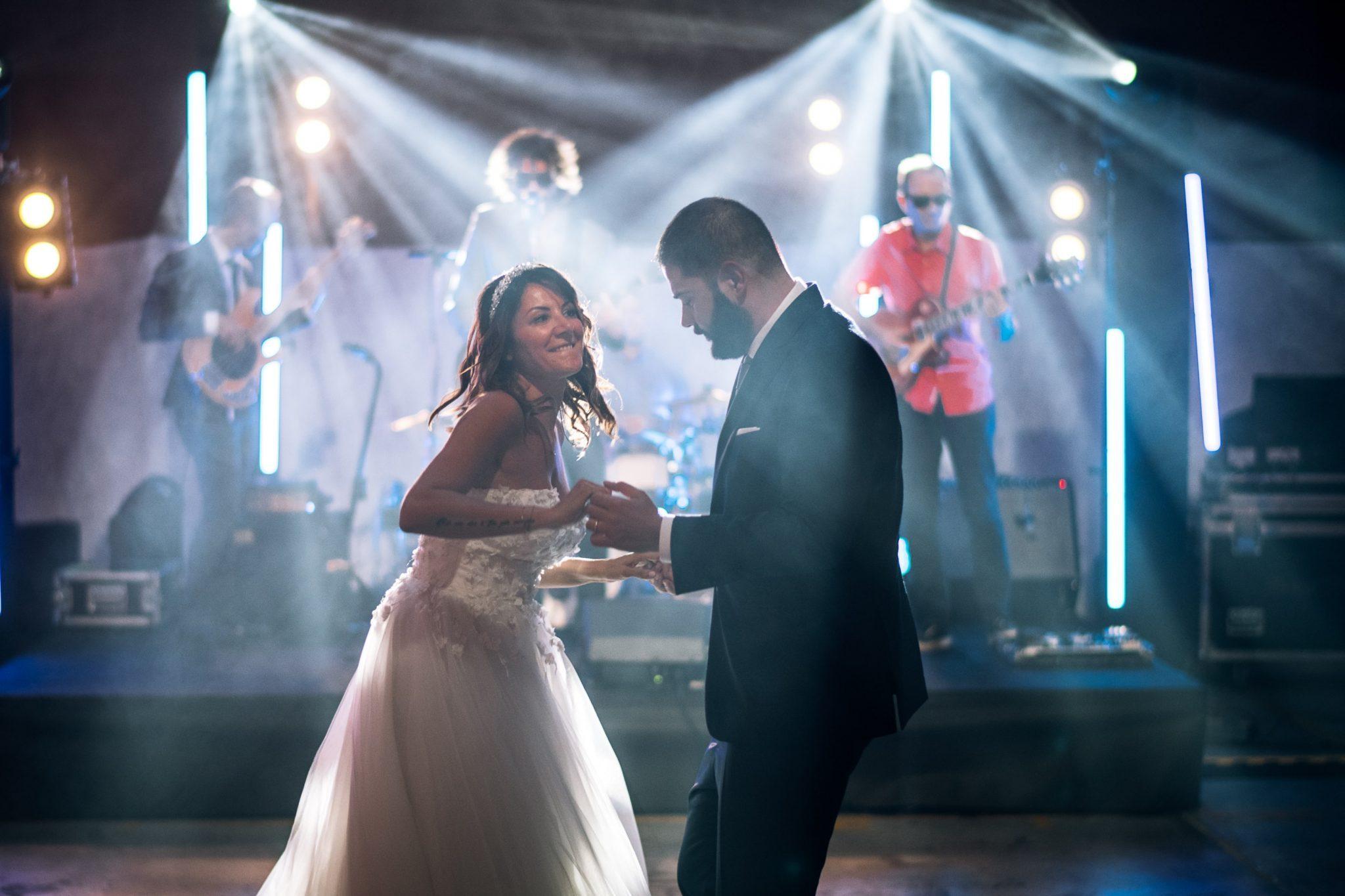 gli sposi ballano mentre la band suona al ricevimento