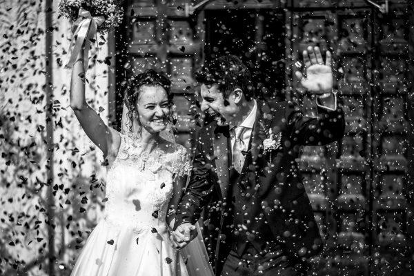 gli sposi all'uscita dalla chiesa con il lancio dei petali e del riso