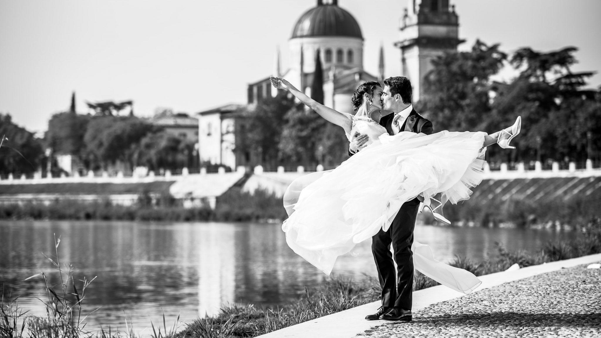 gli sposi mentre si scambiano un bacio a Verona