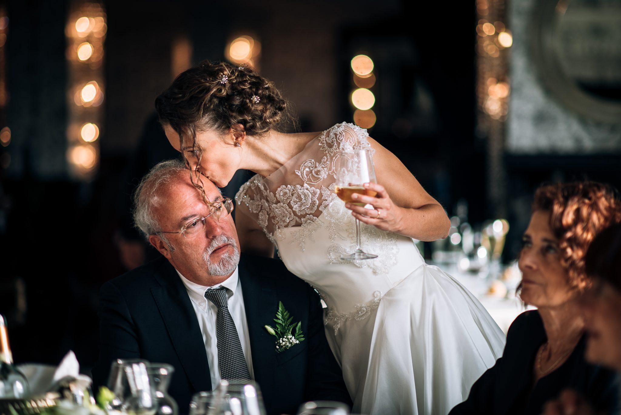la sposa bacia sulla fronte il padre