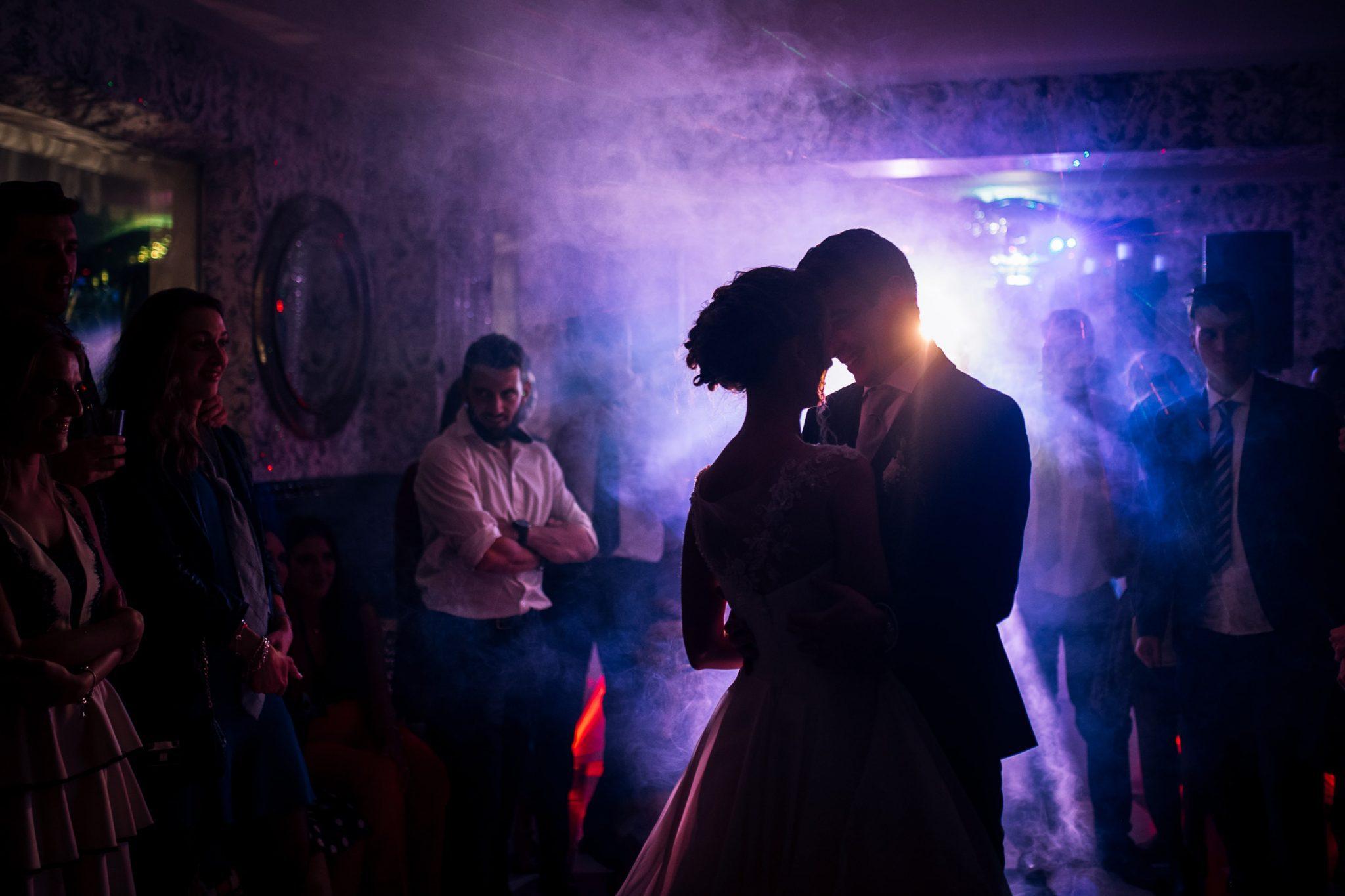 gli sposi mentre ballano nel salone del matrimonio