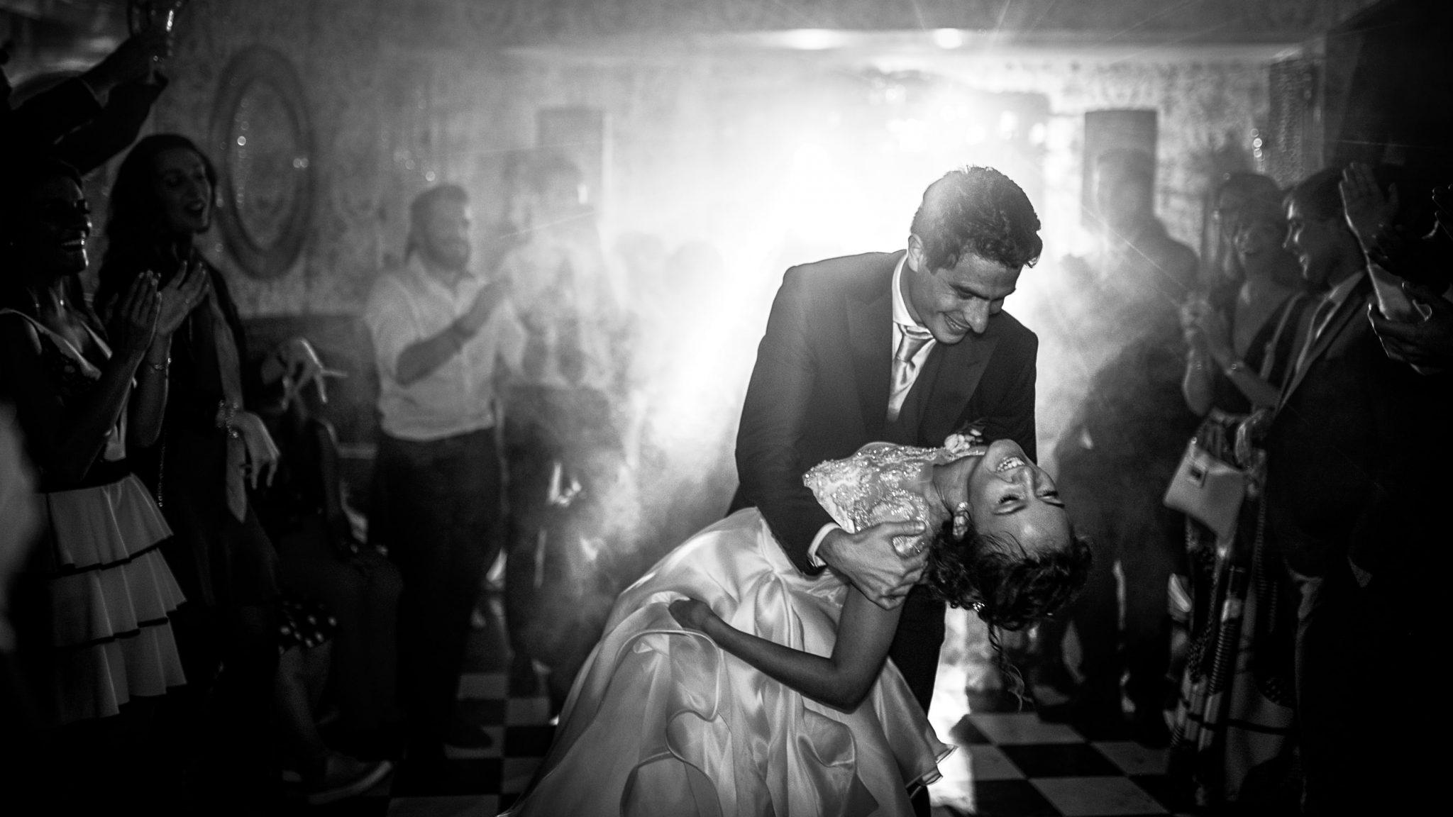 gli sposi mentre ballano divertiti