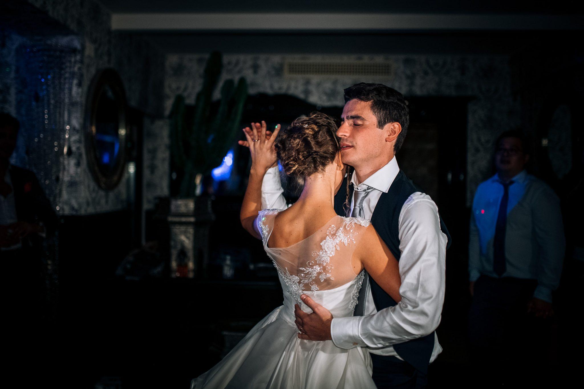 gli sposi mentre ballano al ricevimento