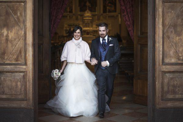 gli sposi all'uscita della chiesa dopo la cerimonia nuziale